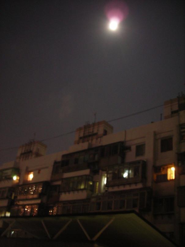 所以才有這張勉強清楚的月亮照