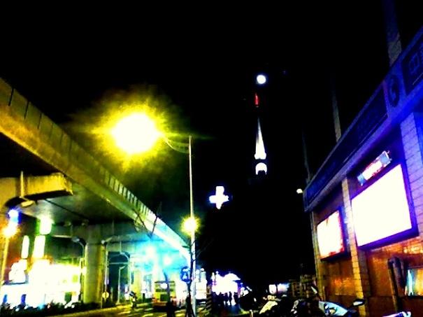 街景,原想拍尖塔旁滿月,但人造光源(路燈)太強大了…